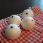 boules de polystyrène avec yeux