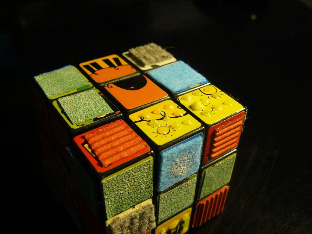 Un rubik's cube adapté tactile