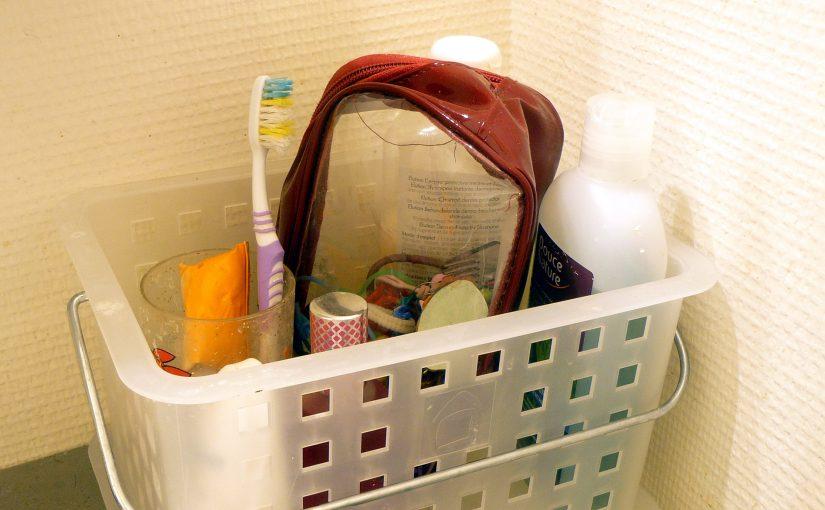 Un panier rectangle rempli d'un nécessaire à toilette