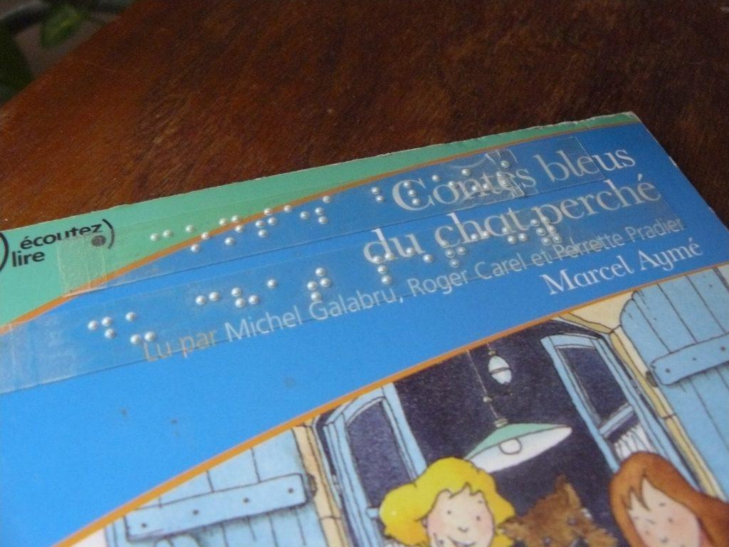 étiquettes braille sur la pochette d'un CD