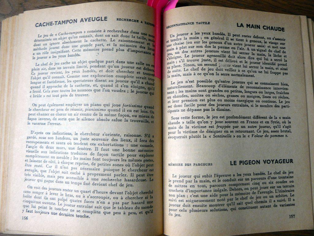 Un livre ouvert sur des règles de jeux.