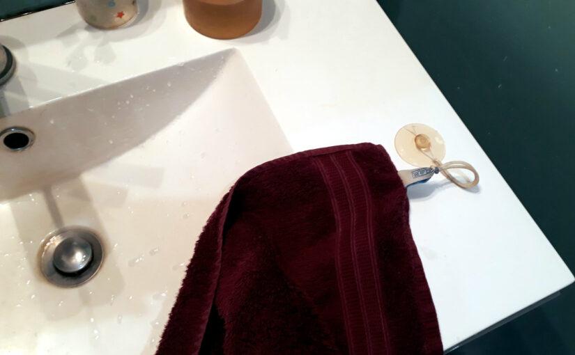 Un élastique pour la serviette à main