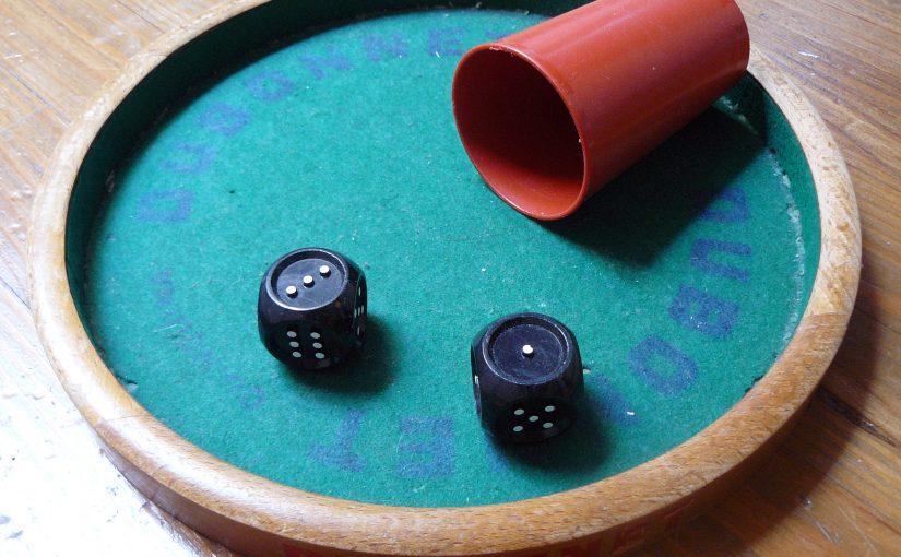 deux dés tactiles dans une piste de dés